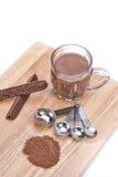Schale heiße Schokolade, Messlöffel, Schokoladenpulver und choc Lizenzfreie Stockfotos