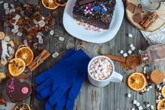 Schale heiße Schokolade und Plätzchen unter Kuchen Lizenzfreie Stockfotos