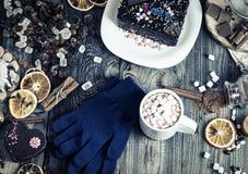 Schale heiße Schokolade und Plätzchen unter Kuchen Stockbilder