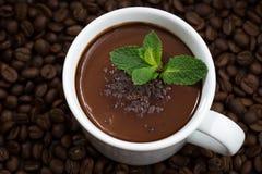 Schale heiße tadellose Schokolade auf dem Hintergrund von Kaffeebohnen stockfoto