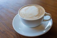 Schale heißer Kaffee auf altem Holztischhintergrund Stockfoto