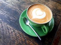 Schale heißer Kaffee auf dem Holztisch im Café stockfotografie