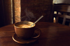 Schale heißer Kaffee auf Tabelle Stockbilder