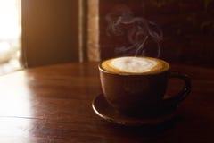 Schale heißer Kaffee auf Tabelle Stockbild