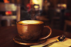 Schale heißer Kaffee auf Tabelle im Café Stockfotos
