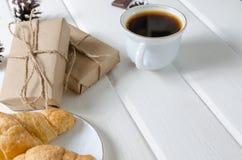 Schale heißer Kaffee mit Gebäck, Sätze des neuen Jahres und Kiefernkegel lizenzfreie stockfotografie
