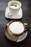 Schale heißer Kaffee mit grünem Tee Stockfotos