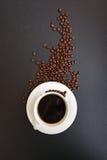 Schale heißer Kaffee mit Kaffeebohnen Lizenzfreies Stockfoto