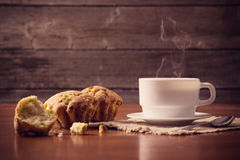 Schale heißer Kaffee mit Kuchen Stockfoto