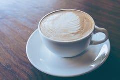Schale heißer Kaffee setzte an alten Holztischhintergrund Lizenzfreies Stockfoto