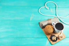 Schale heißer Kaffee sortierte mit Plätzchen und Nüssen zum Frühstück auf hölzerner Weinlesetabelle Lizenzfreie Stockbilder