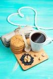 Schale heißer Kaffee sortierte mit Plätzchen und Nüssen zum Frühstück auf hölzerner Weinlesetabelle Lizenzfreie Stockfotos