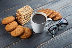 Schale heißer Kaffee sortierte mit Plätzchen zum Frühstück auf hölzerner Weinlesegrautabelle Lizenzfreie Stockfotografie