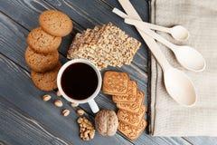 Schale heißer Kaffee sortierte mit Plätzchen zum Frühstück auf hölzerner Weinlesegrautabelle Lizenzfreies Stockfoto