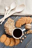 Schale heißer Kaffee sortierte mit Plätzchen zum Frühstück auf hölzerner Weinlesegrautabelle Stockfotos