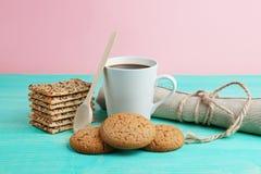 Schale heißer Kaffee sortierte mit Plätzchen zum Frühstück auf hölzerner Weinlesetabelle Stockfotos