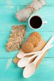 Schale heißer Kaffee sortierte mit Plätzchen zum Frühstück auf hölzerner Weinlesetabelle Lizenzfreies Stockbild