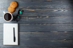Schale heißer Kaffee sortierte mit Plätzchen zum Frühstück auf hölzerner Weinlesetabelle Lizenzfreies Stockfoto