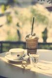 Schale heißer Kaffee und Glas Mischungskaffee in Retro- Filter effe Lizenzfreies Stockbild