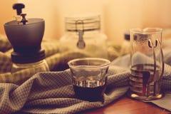 Schale heißer Kaffee und Glas Mischungskaffee in Retro- Filter effe Lizenzfreie Stockbilder