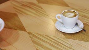 Schale heißer Kaffee und Käsekuchen mit Korinthe auf a stock video footage