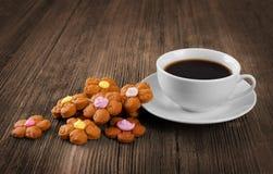 Schale heißer Kaffee und Plätzchen Stockbild