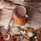 Schale heißer Kakao auf rustikaler Holzbank mit dem Stricken des weichen Schals, Nahaufnahmefoto der warmen Strickjacke mit ameri lizenzfreie stockfotos