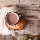 Schale heißer Kakao auf rustikaler Holzbank mit dem Stricken des weichen Schals, Nahaufnahmefoto der warmen Strickjacke mit ameri stockfotos