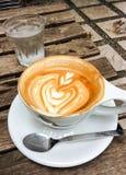 Schale heißer Latte oder Cappuccino mit faszinierender Lattekunst Lizenzfreie Stockfotos