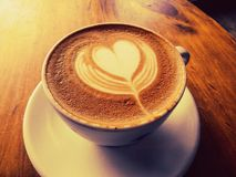 Schale heißer Latte- oder Cappuccinokaffee Lizenzfreie Stockfotografie