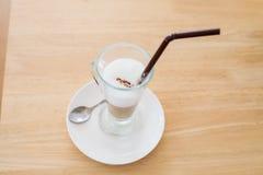 Schale heißer Latte-Schicht-Kaffee auf Tabelle stockbilder