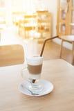 Schale heißer Latte-Schicht-Kaffee auf Tabelle lizenzfreies stockbild