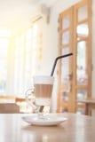 Schale heißer Latte-Schicht-Kaffee auf Tabelle stockfoto