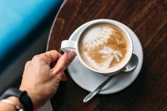 Schale heißer Lattekunstkaffee auf Holztisch stockfoto