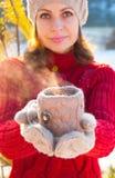 Schale heißer Tee in einer gestrickten Abdeckung, stockbilder