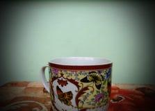 Schale heißer Tee im kalten Herbst stockbilder