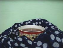 Schale heißer Tee im kalten Herbst lizenzfreies stockbild