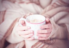 Schale heißer Kaffee wärmend in den Händen eines Mädchens Lizenzfreie Stockbilder