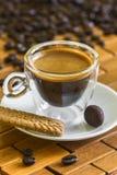 Schale italienischer Espresso mit Keks und Mandel in der Schokolade Stockbilder