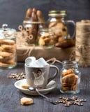 Schale Kakao auf einem grauen Hintergrund Plätzchen in den Glasgefäßen Stockfotografie