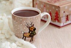 Schale Kakao im woolen Schal Abstraktes Hintergrundmuster der weißen Sterne auf dunkelroter Auslegung Stockfotografie