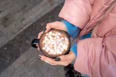 Schale Kakao mit Eibisch in den Händen stockfoto