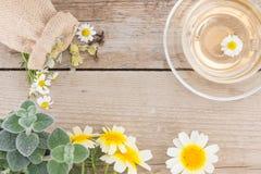 Schale Kamillentee mit Kamille auf rustikalem hölzernem Hintergrund Beschneidungspfad eingeschlossen lizenzfreie stockbilder