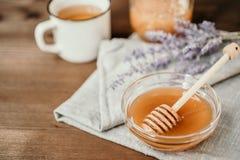 Schale Kräutertee mit Salbei und Honig mit Löffel in Glasschüssel O stockbilder