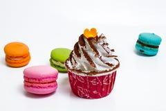 Schale Kuchen und Macaron Stockfoto