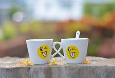 Schale Lächeln und Freundschaft Stockfotos