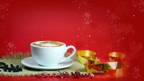 Schale Latte-, Cappuccino- oder Espressokaffee mit Milch setzte an den roten Hintergrund mit dunklen Röstkaffeebohnen Stockfotos
