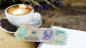 Schale Latte-, Cappuccino- oder Espressokaffee mit Milch setzte an eine hölzerne Tabelle mit dunklen Röstkaffeebohnen Lizenzfreies Stockfoto