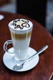 Schale Latte in der Kaffeestube Stockbild