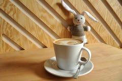 Schale Latte mit nettem Spielzeug Lizenzfreie Stockfotografie